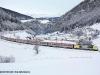 La E 189 993 di NordCargo con l'EC82 di DB-OBB-LeNORD sul curvone di Saint Jodok, nel versante austriaco della linea del Brennero. (27/12/2009; Helmut Petrovitsch / tuttoTreno)