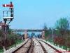 Il segnale ad ala di protezione di Camposanpiero, sullo sfondo i segnali di partenza in stazione, in un'atmosfera ancora
