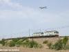Le E 652 028 e 138 alla testa del treno MRS 51337 San Zeno–Villa San Giovanni, deviato sulla linea tirrenica mentre un aereo si appresta ad atterrare all'aeroporto romano