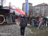 """Folla delle grandi occasioni per guardare le locomotive 940 030 FS del Museo Ferroviario Piemontese e la E 404 002 """"Romolo"""" in livrea Frecciarossa esposte davanti alle ex OGR delle Ferrovie dello Stato a Torino. (17/03/2011; © Angelo Nascimbene / tuttoTreno)"""