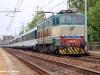 Il treno di pellegrini Parigi–Roma, con carrozze SNCF e traino della E 656 030 in transito a Firenze Rovezzano. (30/04/2011; © Michele Sacco / tuttoTreno)