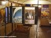 """Poster delle ferrovie francesi e bagagli d'altri tempi esposti alla Mostra """"Signori, in carrozza! L'età d'oro del turismo ferroviario attraverso affiches, diorami e modelli"""", allestita a bordo delle due vetture """"centoporte"""" Bz 36111 (1931) e 36484 (1933) al Museo Ferroviario di Lecce. (13/09/2011; foto Francesco Comaianni / tuttoTreno)"""
