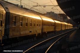 Le ultime luci del giorno illuminano il treno notte Espresso 1931 Venezia-Siracusa con sezione per Palermo , in partenza dalla stazione di Padova (11/08/2008; foto Marco Bruzzo / tuttoTreno)