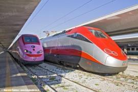 """L'ETR 500 34 """"Frecciarosa"""" in partenza da Napoli Centrale come invio a vuoto per Roma Termini dove è stato presentato stamane; a lato l'ETR 500 09 nella livrea Frecciarossa. (30/09/2010; Maurizio Pannico / TuttoTreno)"""