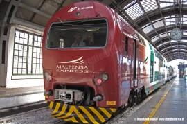 Il TAF 08 Malpensa Express de LeNORD sotto la volta di Milano Centrale in occasione della corsa prova sulla nuova tratta tra la stazione e Bovisa FNM. (31/07/2010; Maurizio Fantini / tuttoTreno)