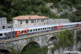 Il treno Espresso 13021 Mosca-Nizza: una delle carrozze WLABmme in composizione al convoglio russo/polacco, ripresa a Isola del Cantone sulla linea dei Giovi. (25/09/2010; © Jacopo Raspanti / tuttoTreno)