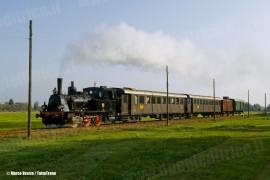 La T3 n°7 CCFR con il treno storico gestito dal SAFRE in occasione del viaggio  commemorativo per i 100 anni della linea Reggio Emilia - Ciano d'Enza. (Belvedere, 09/10/2010; © Marco Bruzzo / tuttoTreno)
