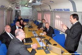La visita di Anthony Albanese, ministro australiano alle Infrastrutture e Trasporti, a bordo del treno Archimede di RFI, attrezzato con apparecchiature diagnostiche MerMec. (05/11/2010; foto MerMec / tuttoTreno)