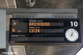 Segnalazione sul tabellone luminoso del binario 10 del treno EC 86 per Monaco con indicazione Brennero nella stazione di Venezia S.L. (12/12/2010; © Marco Bruzzo)