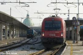 La E 190 014LN retrocede con il treno EC86 Venezia SL-Monaco di Baviera per attestarsi al binario 10, designato alla partenza. (Venezia SL, 12/12/2010; © Marco Bruzzo / tuttoTreno)