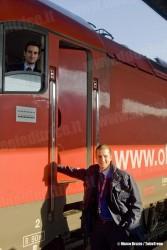 Il macchinista de LeNORD a bordo della E 190 014LN e il capotreno, sempre de LeNORD, prima della partenza del primo treno EC per Monaco gestito da DB-…BB-LeNORD. (Venezia SL, 12/12/2010; © Marco Bruzzo / tuttoTreno)