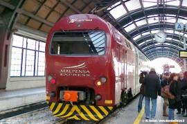 Il TAF 08 de LeNORD (parco TLN) effettua il Malpensa Express 24294/10329 per l'aeroporto lombardo. (Milano Centrale, 12/12/2010; © Maurizio Fantini / tuttoTreno)