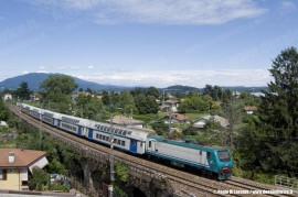 La E 464 063 in testa al Regionale 2151 Domodossola-Milano Centrale in transito nei pressi di Lesa. (21/06/2010; foto Paolo Di Lorenzo / tuttoTreno)