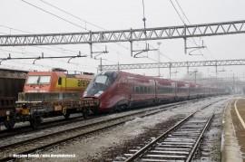 il primo dei 25 AGV realizzati da Alstom per Nuovo Trasporto Viaggiatori; accanto una E 483 dell'impresa ferroviaria Arena Ways. (Trofarello, 28/12/2010; foto Massimo Rinaldi / tuttoTreno)