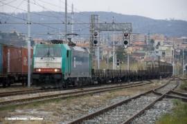 L'arrivo del treno da Chiasso con i carri per il peso frenato trainato dalla E 483 010NC di Nord Cargo. (28/10/2010; © Jacopo Raspanti / tuttoTreno)