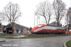 """La 940 030 FS del Museo Ferroviario Piemontese e l'E 404 002 """"Romolo"""" in livrea Frecciarossa monumentate davanti alle ex OGR FS di Torino. (11/03/2011; ; © Angelo Nascimbene / tuttoTreno)"""