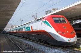 L'ETR 500 45 in livrea 150° Unità d'Italia si appresta a lasciare Napoli Centrale per la corsa prova di immissione in servizio. (Napoli, 10/03/2011; Maurizio Pannico / TuttoTreno)