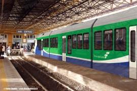 Ambientazione a Bari Centrale FAL del treno a tre casse ordinato a Stadler dalle Ferrovie Appulo Lucane per la rete pugliese. (Fonte Stadler / tuttoTreno)