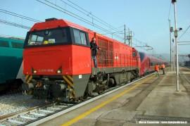 La G2000 36NC di NTV alla testa dell'AGV ETR 575 001 durante il trasferimento da Bologna a Caserta. (Cancello, 15/03/2011; Marco Camerino / tuttoTreno)