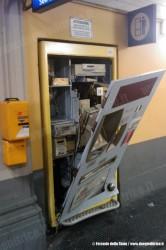 L'emettitrice biglietti self-service della stazione di Rapallo è stata devastata nella notte tra domenica e lunedì per portare via l'incasso, di più di 2000 Euro. (07/03/2011; © Ferrovie dello Stato / tuttoTreno)