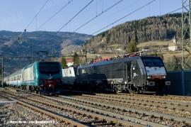 La E 189 102 durante una corsa prova di test tra Brennero e Verona, in attesa di una precedenza mentre sul binario pari un Regionale sale verso la stazione di valico. (Vipiteno, 23/02/2011; Marco Merlin / tuttoTreno)