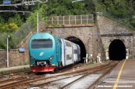 Il TAF 62 effettua un regionale Monterosso–La Spezia. (Monterosso, 25/04/2011; Davide Maggiore / tuttoTreno)