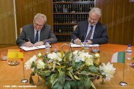 La firma del contratto da parte di Teófilo Serrano Beltrán, Presidente Renfe Operadora, e Giuseppe Arena, AD di Arena Ways. (04/05/2011 ; foto Patier / Renfe / tuttoTreno)
