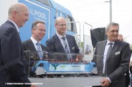 E' stata presentata a Monaco di Baviera la Bombardier TRAXX di terza generazione: nella foto i dirigenti Bombardier e Railpool con il modello della 187 001 di Railpool per l'impresa BLS. (11/05/2011; Helmut Petrovitsch / tuttoTreno)
