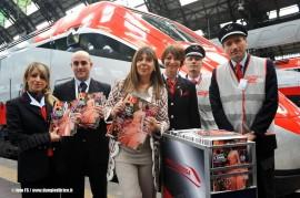 Il direttore di A, Maria Latella, con alcuni ferrovieri alla presentazione dell'iniziativa a Milano Centrale. (04/05/2011; foto Ferrovie dello Stato / tuttoTreno)