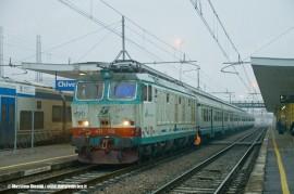 La E 632 028 alla testa del Regionale 24814 Aosta-Torino P.N. in partenza da Chivasso dopo il cambio trazione. (20/01/2011; foto M. Rinaldi)