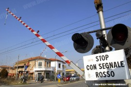 Il passaggio a livello alla pkm 2+674 della linea Ferrara–Rimini nel tratto sospeso al traffico dall'11 febbraio tra la pkm 0+954 e la pkm 4+020. Ferrara, 10/02/2010; foto Marco Bruzzo / tuttoTreno)