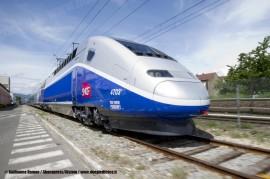 Il primo TGV a due piani di nuova generazione realizzato da Alstom per la SNCF sul piazzale dello stabilimento di Belfort. (17/05/2011; foto Guillaume Ramon / Abacapress / Alstom / tuttoTreno)