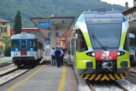 Cambio della guardia nell'effettuazione del Re 36 Brescia_Edolo: nella stazione di Iseo i passeggeri vengono trasbordati dall'ALn 668 125 all'ATR 115 001, al suo primo servizio commerciale. (16/06/2011; foto Carlo Bonari / tuttoTreno)