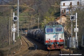 La E 652 081 alla testa del treno MRS 61625 Rho–Scarlino lungo la linea dei Giovi. (Piano Orizzontale dei Giovi, 17/11/2010; Jacopo Raspanti / tuttoTreno)