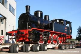 La 240 05 delle Ferrovie Nord Milano, ora nel parco di Trenord, sul carrello stradale prima della partenza dallo stabilimento della Lucato Termica a Castelletto Monferrato. (10/08/2011; foto Lucato Termica / tuttoTreno)