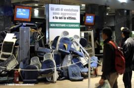 I supellettili vandalizzati sui treni, accastati nell'atrio della stazione Milano Cadorna per la campagna di sensibilizzazione. (10/10/2011; Trenord / tuttoTreno)